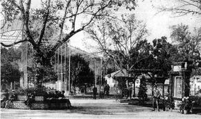 Historia de la Casa de Fieras Cuando Carlos III hizo levantar el parque de animales en los jardines del Palacio del Buen Retiro, allá por Atocha, no hizo sino poner los cimientos de los futuros parques zoológicos en España. En realidad se trataba de una moda y también de un capricho aristocrático por lo exótico, en especial en lo referente a la fauna y a las especies raras y desconocidas.........Casa de Fieras 1920