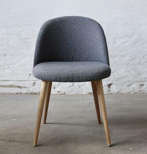 269,20 E - Chaise en chêne et tissu couleur gris clair, style scandinave signé Hubsch. Parfaite autour d'une table de salle à manger, ces chaises sont élégantes et raffinées.