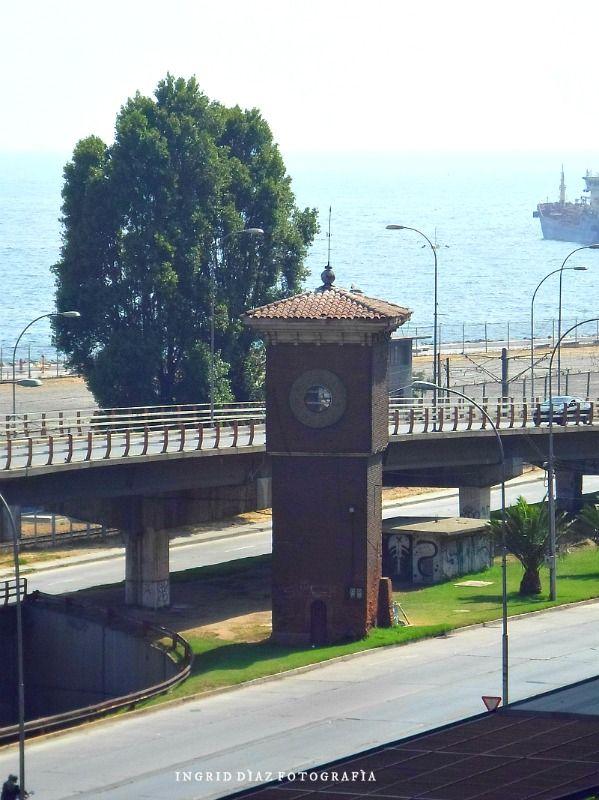 """La Torre Reloj Barón es una torre ubicada en el Nudo Barón, al comienzo de la Avenida España, en la ciudad de Valparaíso. Fue declarada """"Monumento Histórico Nacional"""" por el Ministerio de Educación el 24 de octubre de 1972. Mide aproximadamente 15 metros de altura y en su parte superior cuenta con un reloj de tres esferas. La torre es la única parte que se conserva de la antigua Estación Barón, la primera estación construida del ferrocarril de Valparaíso a Santiago."""
