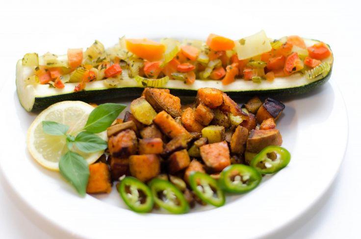 Eine wunderbare Beilage: Hot Potato Mix! Dazu gibts eine gefüllte Zucchini, damit kann man toll die Reste verwerten.