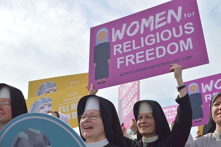 """Washington D.C., 23 Mar 2016 / 04:56 pm (CNA/EWTN-nieuws). - honderden mensen, velen van hen vrouwen – sloot zich aan bij vrouwelijke religieuzen buiten het Hooggerechtshof op woensdag zingen """"laat hen dienen! Laat ze serveren!"""""""