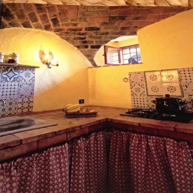 Un fantastico piano cucina in mattoni antichi.