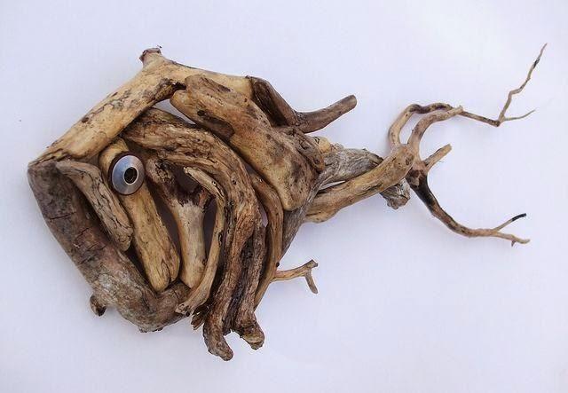 Με ξύλα που μπορείτε να βρείτε στις παραλίες ή κοντά σε ποτάμια μπορείτε να φτιάξετε από έπιπλα και καθρέπτες μέχρι διακοσμητικά καραβάκια και κορνίζες.    Το νερό της θάλασσας τα σμιλεύει και τους δίνει αυτό το τέλειο
