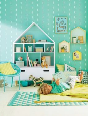Trendig, langlebig und sogar für den Außenbereich geeignet: Dieser pflegeleichte Teppich für Kinder ist ein wahres Multitalent. Ob als Bettvorleger, als Spielteppich in der Spiel- und Kuschelecke oder einfach als Farbtupfer mitten im Raum - dieser Kinderteppich ist einfach perfekt für moderne Kinderzimmer. Produktdetails:Teppich: 80 % Vinyl, 20 % Polyester. 150 x 90 cm. Hinweis: Vor dem ersten Benutzen bitte gründlich staubsaugen. Bitte nicht waschen oder chemisch reinigen. ;