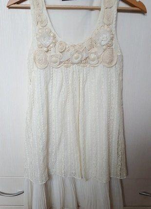 elegancka beżowo-biała sukienka z koronką i ozdobami