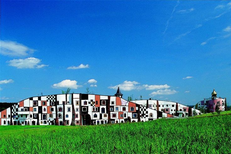 Rogner Bad Blumau, Austria Hotel termale progettato dall'eccentrico artista austriaco Hundertwasser, con tetti ricoperti d'erba e facciate arcobaleno  Inaugurato nel 2000, Rogner Bad Blumau ha realizzato un progetto eclettico semplicemente fantastico con un tetto ricoperto d'erba per gli edifici principali, che segue il profilo delle colline circostanti. Anche se le stanze sono situate in aree a tema diverso, offrono lo stesso livello di comfort a tutti gli ospiti, incluso il servizio in…