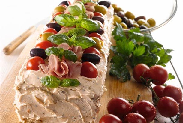 Voileipäkakku kuuluu suomalaisten juhlapöytiin. Välimeren voileipäkakku maistuu myös illanistujaisissa tai tupaantuliaisissa pikkusuolaisena. http://www.valio.fi/reseptit/valimeren-voileipakakku/