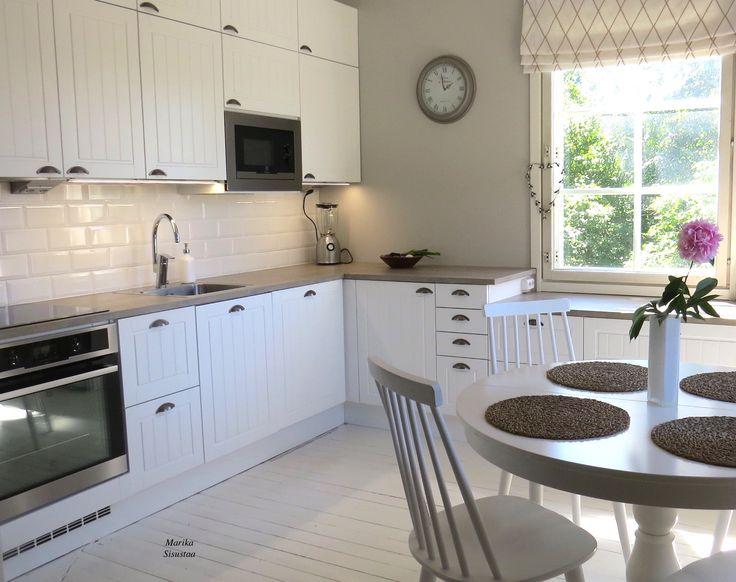 Vanhan talon keittiö sai uuden ilmeen. Keittiö vaalea valkoinen vanha talo romanttinen maalaisromanttinen perinteinen