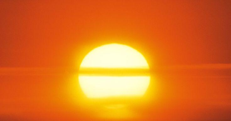 Como fazer um forno solar em uma caixa de sapatos como projeto para alunos da sétima série . O sol é a maior e mais importante fonte de energia para a terra. Podemos usar energia solar para preparar comida quente usando um forno solar. Estes fornos, também conhecidos como fogões solares, são aparelhos que usam a energia do sol como combustível para cozinhar ou esquentar comida. Fornos solares são um ótimo projeto para feiras de ciências. ...