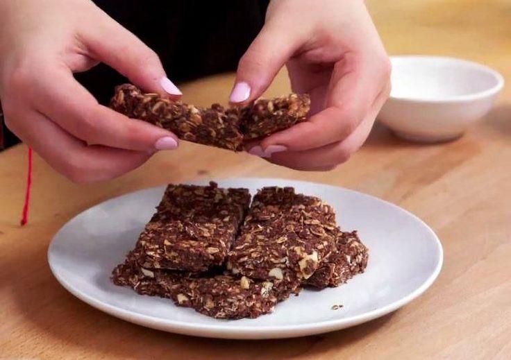 Pour une collation crue très simple à cuisiner, essayez ces barres au beurre d'arachide, avoine et graines de chia.