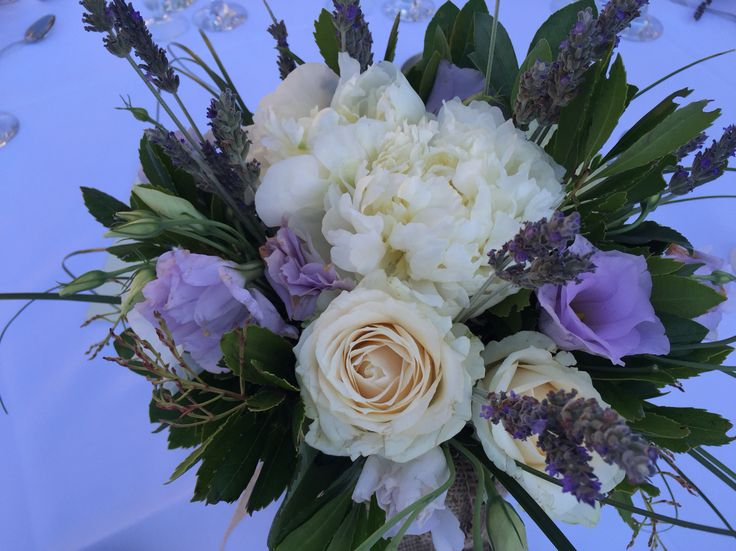 Κεντρική σύνθεση ροτόντας (centerpiece) Πεόνιες λευκές, λευκό τριαντάφυλλο, λιλά λισιανθος,λεβάντα