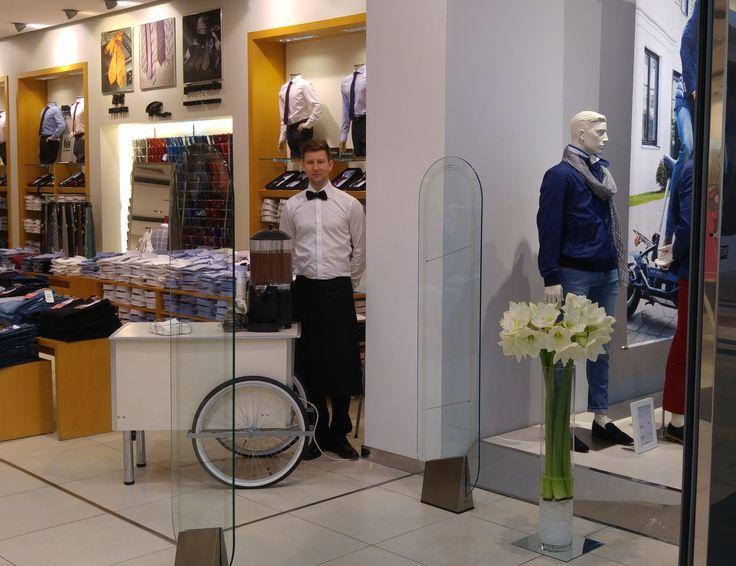 kwiatowe dekoracje na wystawie sklepu i gorąca czekolada, którą zapewniła Ambasada Rozrywki