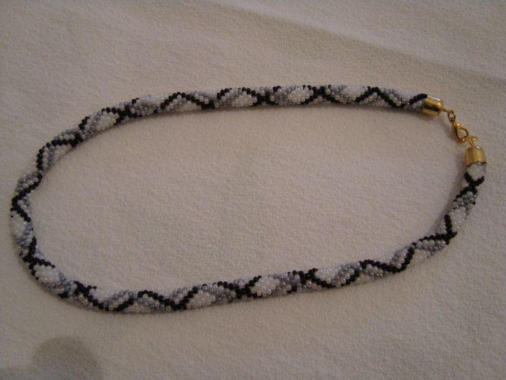 collana tubolare perline, eseguita tramite uno schema.