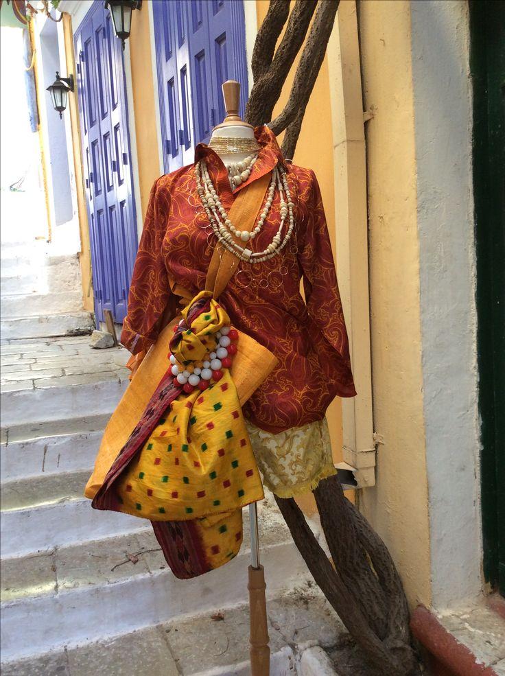 Camicia collo guru seta indiana, shorts anni 50 in broccato di cotone, collane vintage in osso intagliato, collana girocollo in metalcrilicato, choker indiano in ottone, kantha vintage in seta indiana, borsa in rafia dal Madagascar.