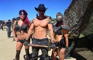 Burning Man нервно курит: Участники фестиваля постапокалипсиса Wasteland — В калифорнийской части пустыни Мохаве уже седьмой год подряд проходит крупнейший постапокалиптический фестиваль Wasteland Weekend: на четыре дня к востоку от города Бейкерсфилд съезжаются около двух с половиной тысяч энтузиастов, разодетых в духе «Безумного Макса».