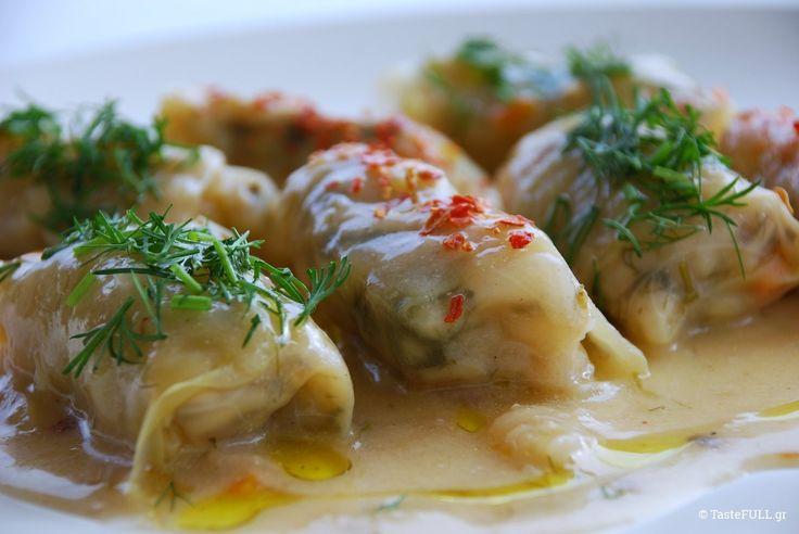 Λαχανοντολμάδες νηστίσιμοι γίνονται με βάση το ρύζι, το πληγούρι, τον τραχανά ακόμα και τις φακές, με μυρωδικά που δίνουν διαφορετική γεύση.