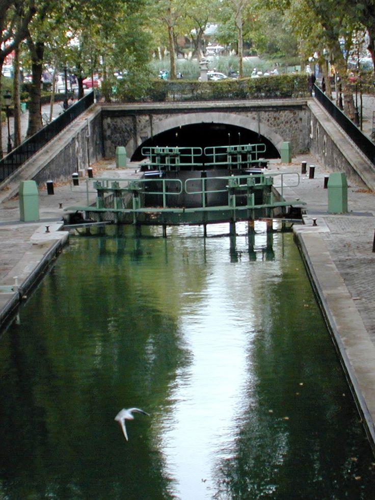 visite romantique et pédestre du canal Saint-Martin en passant par l'hôtel du Nord. http://visite-guidee-paris.fr