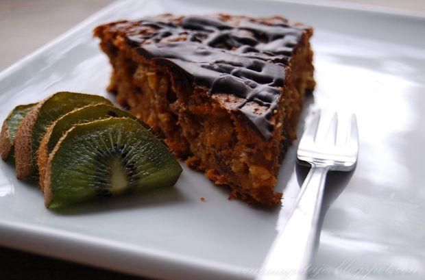 Razowe ciasto marchewkowe bez cukru /tortownica o śr. 23 cm/: Inspiracja  Suche:      szklanka płatków owsianych     3/4 szklanki mąki pszennej pełnoziarnistej     2 łyżeczki proszku do pieczenia     czubata łyżeczka cynamonu     szczypta soli  Płynne:      3 bardzo dojrzałe banany (z ciemnymi plamkami na skórce)     3 średnie marchewki (starte na tarce na drobnych oczkach)     1/3 szklanki oleju     1/2 szklanki rodzynek     130 g (ok. 1/2 szklanki) zwykłego jogurtu naturalnego     2 jajka