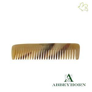 Abbeyhorn - Petit Peigne de Poche en corne (10,8 cm) Un petit peigne en corne naturelle, idéal pour les bébés, une poche de veste ou le sac à main. Grâce à sa denture large et ses pointes arrondies il est partiulièrement doux pour le cuir chevelu sensible. Fondée en 1749, Abbeyhorn fabrique des objets en corne de grande qualité depuis plus de 250 ans. Disponible dans l'e-shop www.officina-paris.fr #peigne #corne #horncomb #haircare #cheveux #barbe #faitmain #handmade #abbeyhorn #soin #bebe