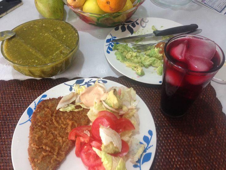 Milanesa de res empanizada, ensalada de lechuga y tomate, con aderezo de chipotle, guacamole, agua de jamaica.