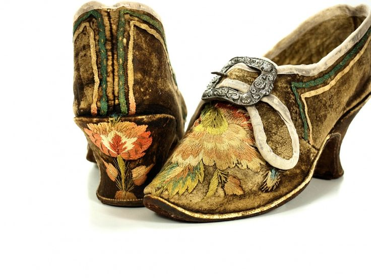 A pair of shoes with buckles, 1740-1750, Leather, suede, wood / turning work. On the vamp needle stitched (interlocking stung satin stitch) floral ornament and also to the back of the heel. On the two sides and the heel, salmon pink and green silk ribbon. Museum Weißenfels - Schloss Neu-Augustusburg