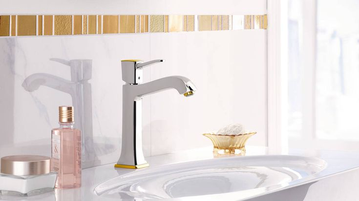 Classic bathroom design: This elegant mixer with gold accents will enhance a stylish bathroom. #hansgrohe #MetropolClassic #Metropol