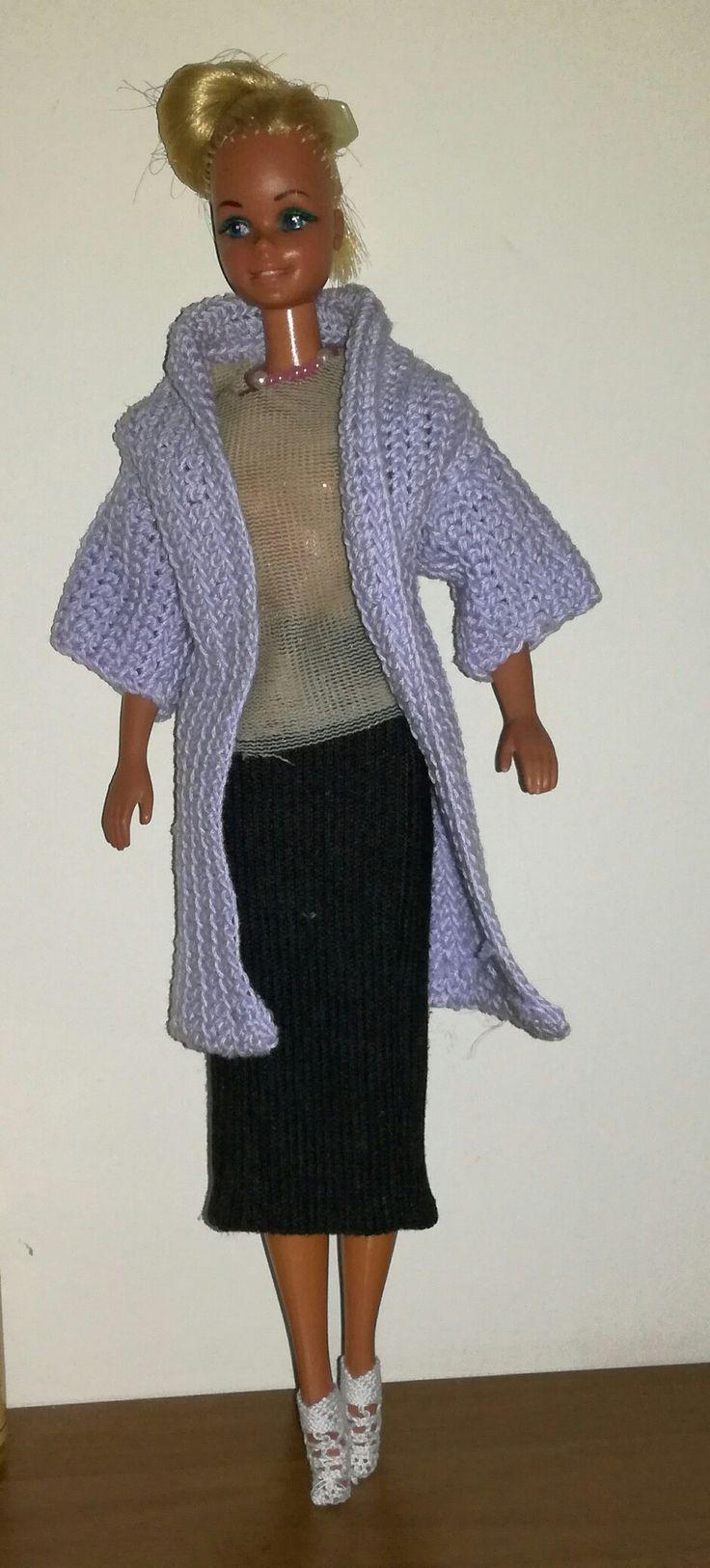maglietta di tulle gonna di cotone elasticizzato cappottino all'uncinetto e stivaletti in pizzo creato tutto a mano