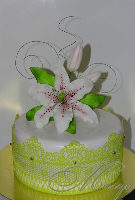 Торты на обручение с лилией или хризантемой