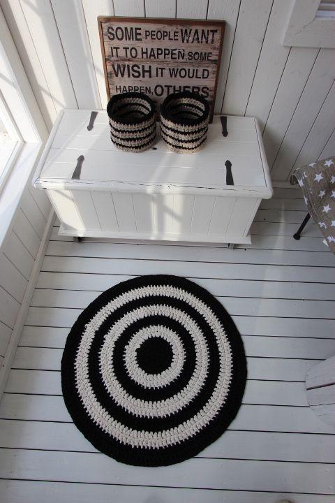 Virkattu mustavalkoinen matto ja korit