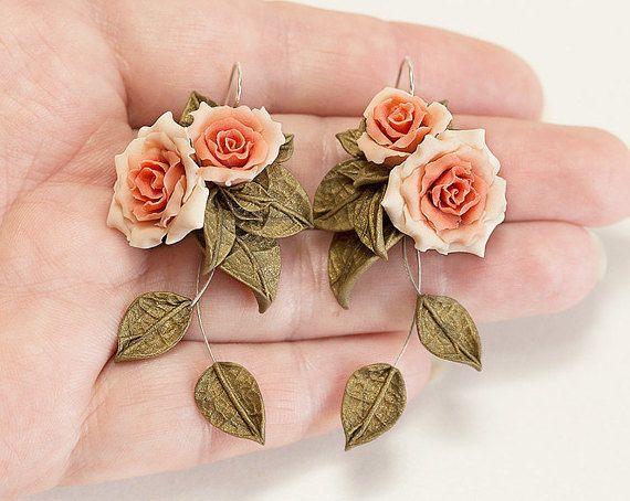 Roze roos oorbellen. Bengelen oorbellen. Roze door JewelleryForWorld