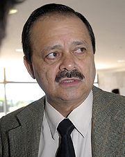 Natural de Buriti Alegre (GO) | Formado em Odontologia pela Faculdade de Odontologia de Anápolis (1981) | Começou a carreira política como vereador em Goiânia pelo PMDB (1988) | Presidiu a Iquego (1987) |  Secretário de Saúde de Goiânia (1989 a 1990) | Deputado estadual pelo PSDB (1990) | Vice-prefeito de Goiânia pelo PSDB (1992) na chapa encabeçada por Darci Accorsi (PT) | Presidiu a Comurg (1993) | Deputado federal pelo PSDB (1994) e acumula cinco mandatos |