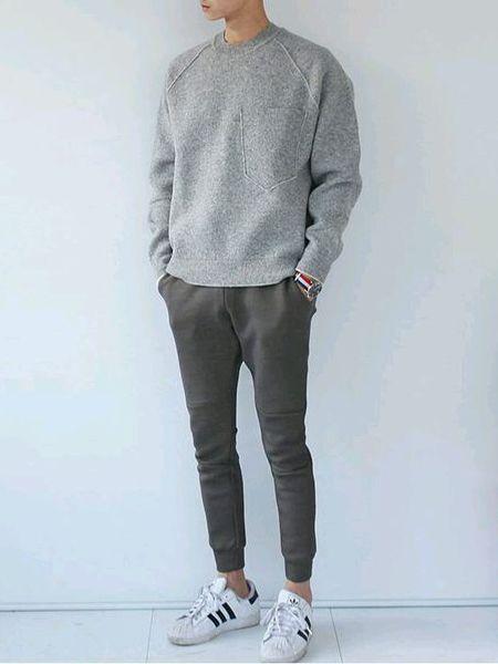 Adidas Superstar, Macho Moda - Blog de Moda Masculina: Looks Masculinos com Adidas Superstar, pra inspirar! Suéter, Moda Masculina, Moda para Homens, Sockless, Calça Jogger,