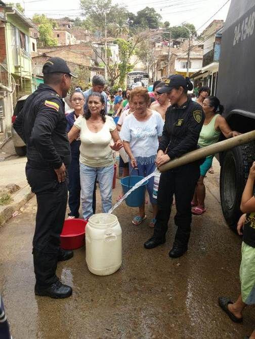 Las tanquetas que normalmente son usadas para el control de multitudes, también son usadas para abastecer del líquido vital a muchas familias que sufren por su ausencia. #Compromiso #Agua #Colombia