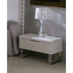 Nattbord i tre med overflate i høyglans. Bordben i blank krom.  $3,390.00
