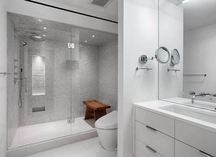 Дизайн маленькой ванной комнаты: 35 секретов оформления (фото) http://happymodern.ru/malenkaya-vannaya-komnata-vybiraem-dizajn-35-foto/ Светлая ванная комната, где ярким пятном выступает только японская душевая скамеечка из тикового дерева
