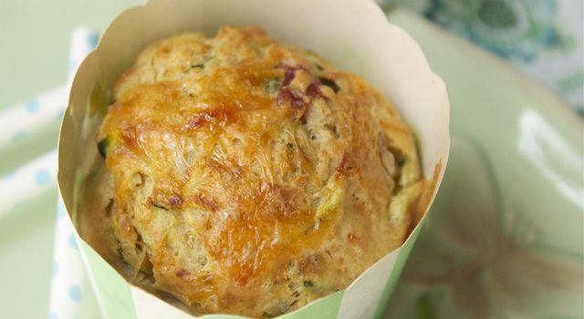 Matmuffins med cheddar, serranoskinke, basilikum og squash