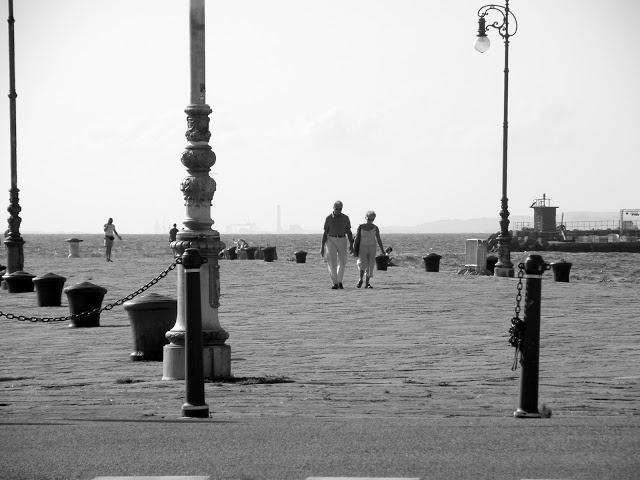 Moda di Coppia: Scatti nei pressi del molo    http://modadicoppia.blogspot.it/2012/07/scatti-nei-pressi-del-molo.html