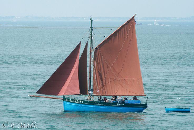 """""""Hope""""  est un ancien caseyeur lancé en Vendée pendant la guerre 1939 -1945. Il a été utilisé pour la pêche aux crustacés au départ de St Gilles - Croix de Vie jusqu'en 1967, puis a été transformé en bateau de plaisance sous le matricule LS 1264."""