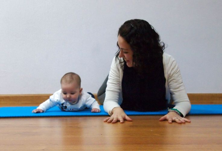 """Mamá y bebé haciendo la postura de yoga de """"La cobra"""" #trabajojuntos #yogababy"""