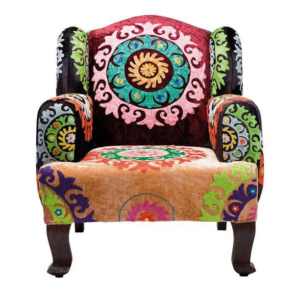 Upean värinenja mukava hyvänolon Mandala -nojatuoli kotiasi piristämään. Inspiraation lähteenä tuolin verhoilussa on intialaisen kumppanimme taide sekä meditaatio! Mukavaa nojatuolia koristavat lukuisat pyöreät mandalat. Tummat jalat ja runko on valmistettu sheeshampuusta ja verhoiluon Candy-kankaasta valmistettua viskoosia.