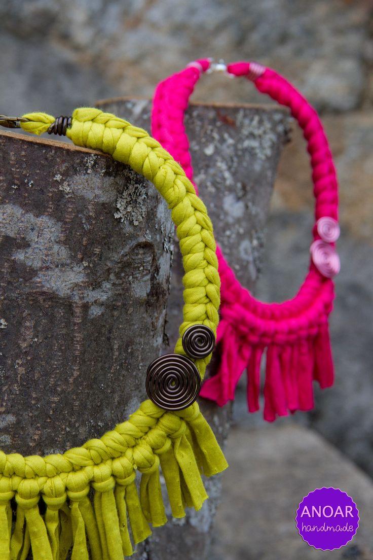 CUTE Statement Collar Necklaces - Old T-Shirts Anyone ?     Collares de trapillo con flecos y espirales.