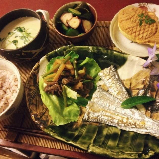 10/3 晩ごはん ニンニクの芽入り焼肉、太刀魚の塩焼き、タコと胡瓜とワカメの酢の物、豆苗と帆立入り水餃子の豆乳スープ、たいやき(抹茶)  鯛焼きの屋台を発見。息子が買おうと言うので、チョコ、抹茶、カスタードを選んで食後のデザートに。久々の鯛焼き。 - 126件のもぐもぐ - 太刀魚の塩焼き定食 by mintlitchi00