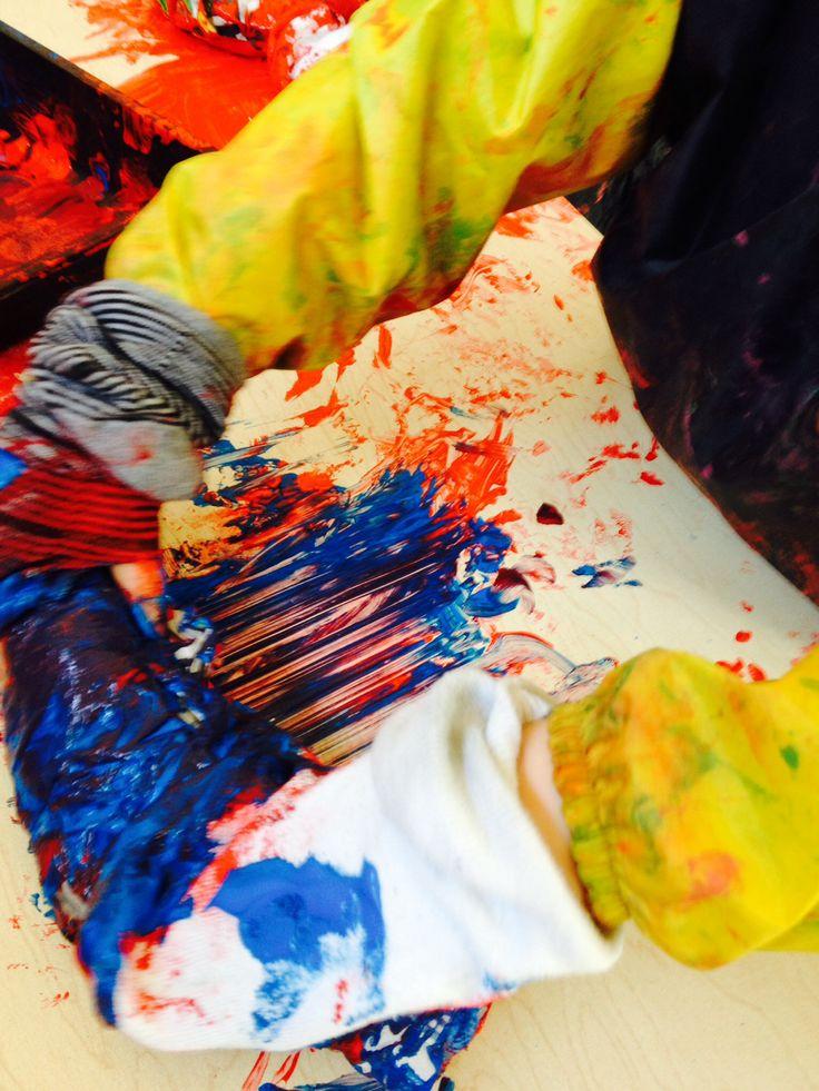 Thema kousen: schilderen met sokken aan