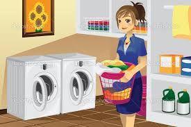 Ella lava la ropa poniendola en la lavadora.