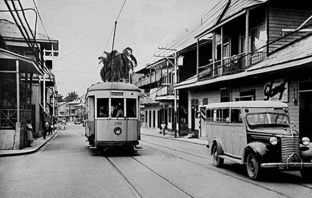 Tranvía y Chiva que lo reemplazó en 1941, en la Avenida Central en Calidonia.