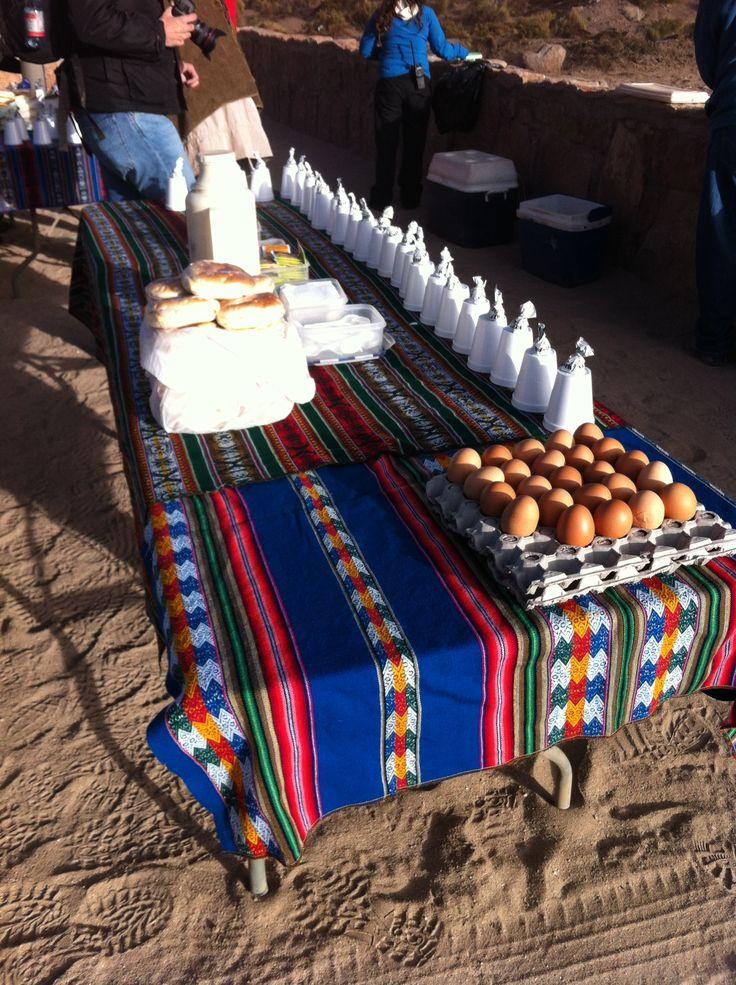 Desayuno de huevos duros cocinados al vapor de los geisers del Tatio, Atacama, Chile