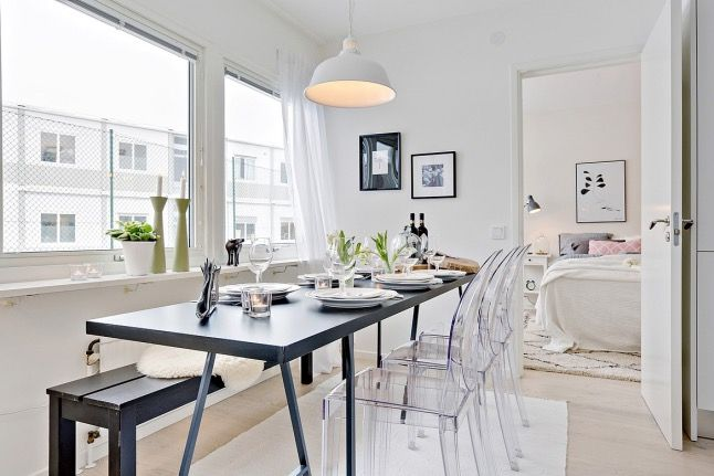 Multiplica espacios y decora con naturalidad con muebles y #sillas transparentes. Be water, my friend