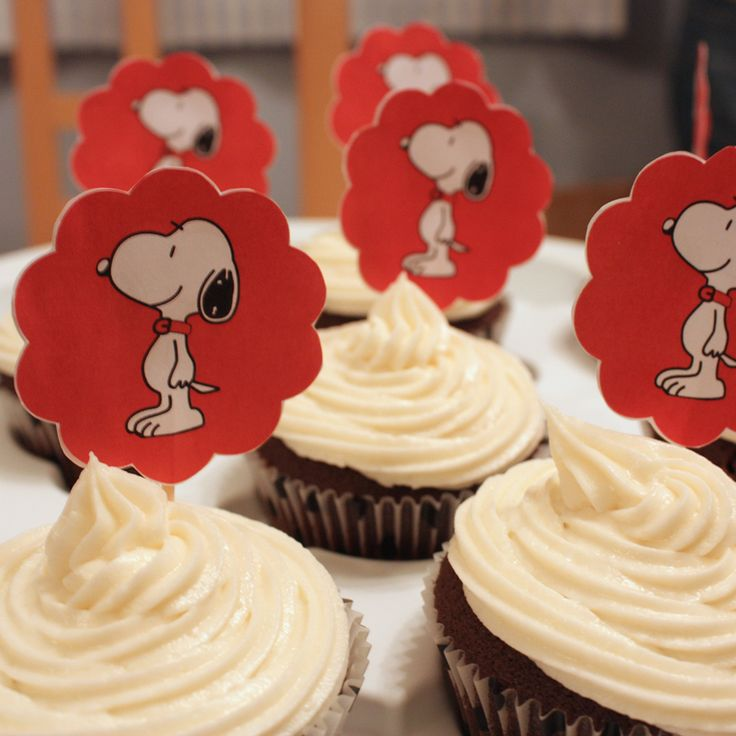 Snoopy cupcakes. I love the simple colors of red, black and white for this party.