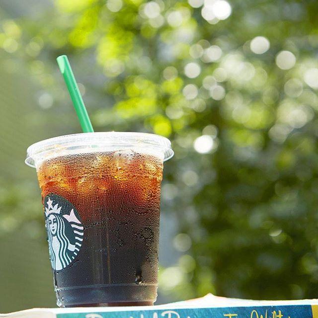 WEBSTA @ starbucks_j - Good morning!まばゆい光の下では、アイスコーヒーもちょっと暑そう。今日も素敵な1日を。#アイスコーヒー #スターバックス