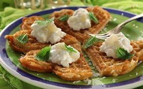 Kokosvafler med lime Asiatisk inspirerede dessertvafler med topping af hytteost rørt op med små stykker pærer og vanilje.